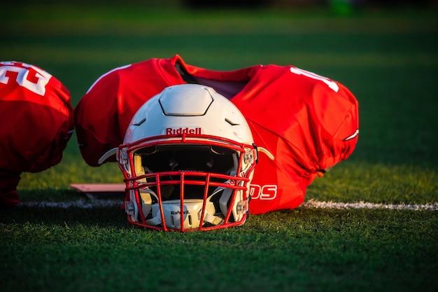 太陽の下でラグビーヘルメット