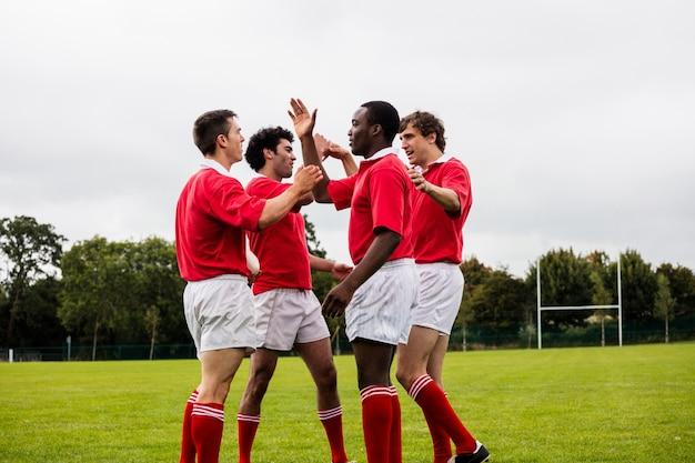 Игроки в регби празднуют победу