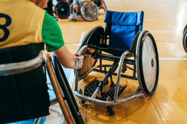 휠체어에 럭비 선수
