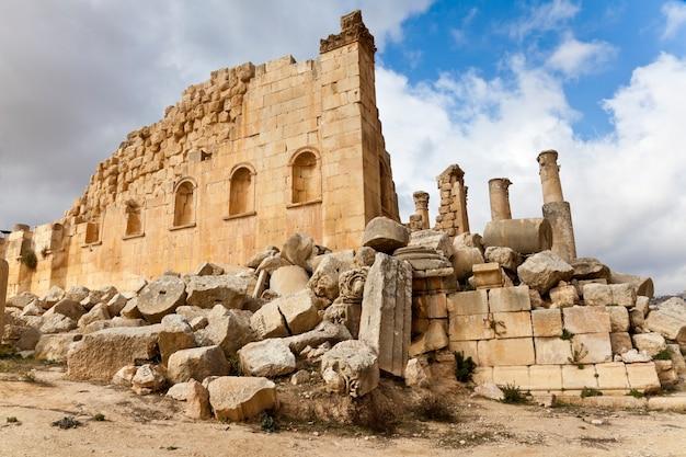 ヨルダンのジャラシュグレコローマ都市の古代ゼウス神殿の廃墟。