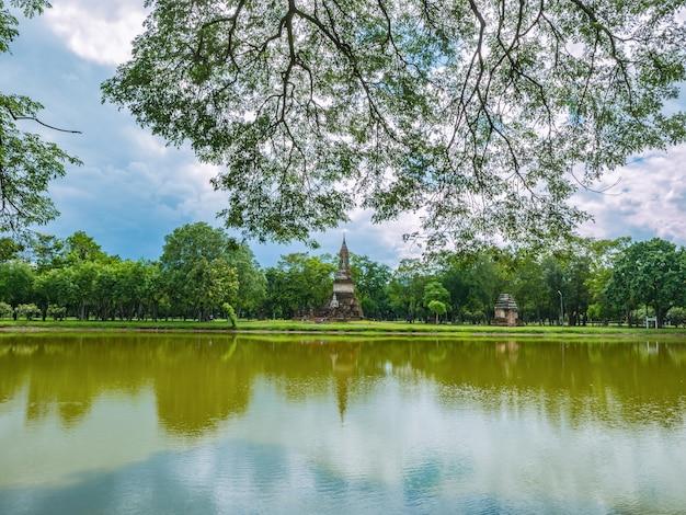 Отражение руин пагоды в воде в историческом парке сукхотай