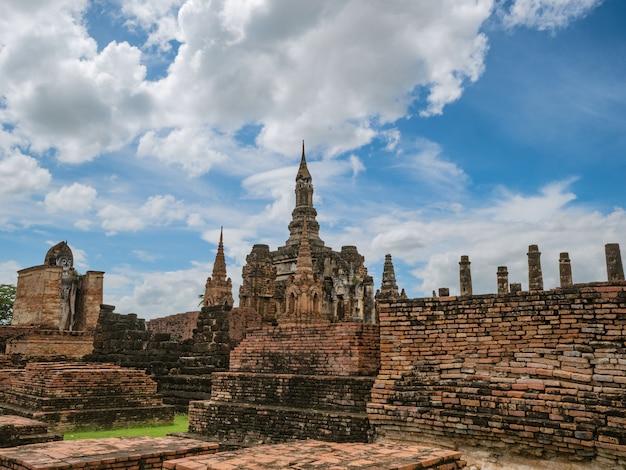 Руины храма ват махатхат в историческом парке сукхотай