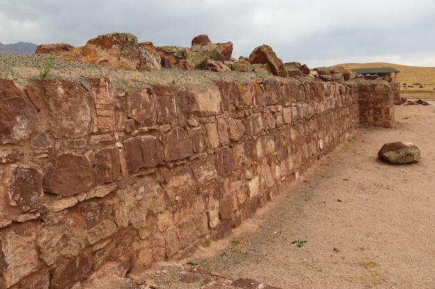 アクルタスパレスコンプレックスの廃墟の古代の壁。カザフスタン。