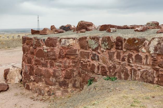 アクルタスパレスコンプレックスの廃墟の古代の壁。カザフスタン