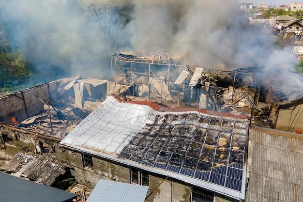 중동 분쟁에서 이스라엘과 가자지구 간의 로켓 공습 결과로 화재로 파괴된 건물.