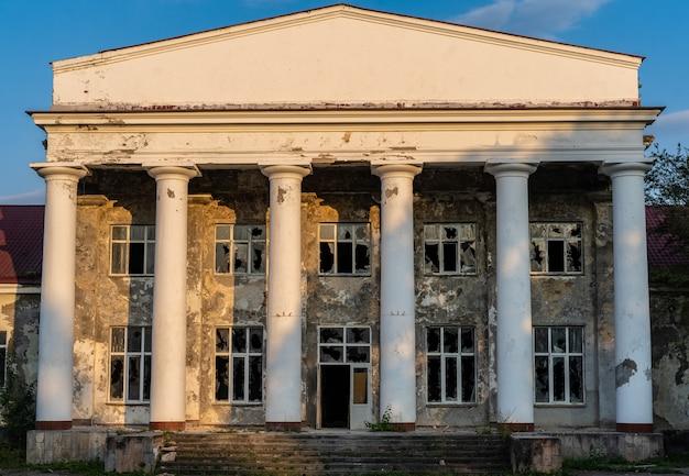 Разрушенное здание с битым стеклом