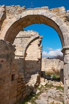Разрушенный монастырь тимиос ставрос в деревне аногира на кипре