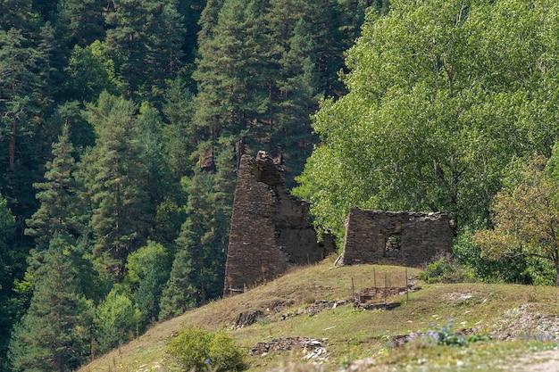 Разрушенная старая башня в тушети, путешествие в горную грузию