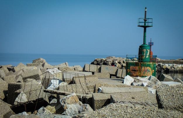 Руины и заброшенность в порту джулианова в абруццо, италия. заброшенный и разрушенный временем порт на море.