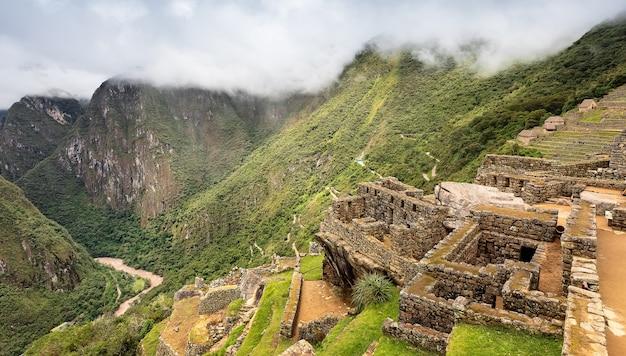 アンデスペルーの古代インカの都市マチュピチュの裏側からの遺跡