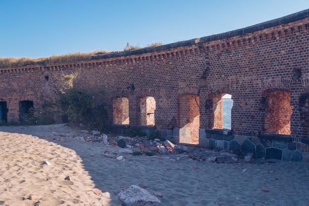 レンガの壁の建物の遺跡。古い廃墟の要塞。ストックフォト。バルト海、カリーニングラード地域、ロシア、ヴィストゥラスピット。