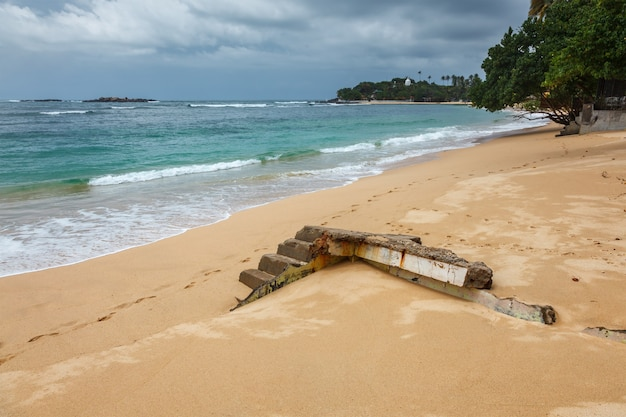 Руины дома, разрушенного цунами унуватуна, шри-ланка