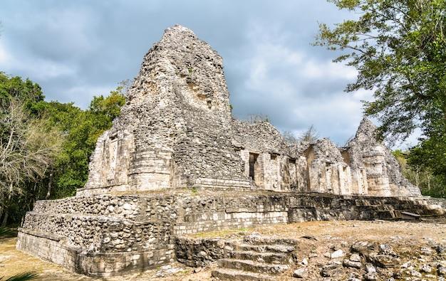メキシコ、カンペチェのチカナ遺跡にあるマヤのピラミッドの遺跡