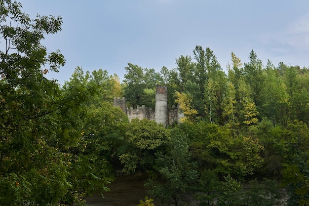 가을 숲 사이 절벽에 있는 작은 요새의 유적