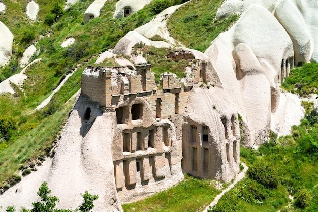 Руины древнего замка в голубиной долине в национальном парке гёреме в каппадокии, турция