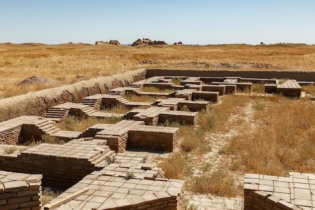 カザフスタン南部のトルキスタン近くの古代都市サウランまたはサウランの遺跡。