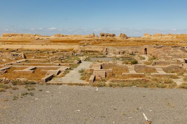 カザフスタン南部のトルキスタン近くの古代都市サウランまたはサウランの遺跡