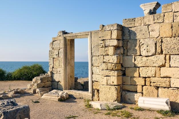 Руины древнегреческого храма в херсонесе