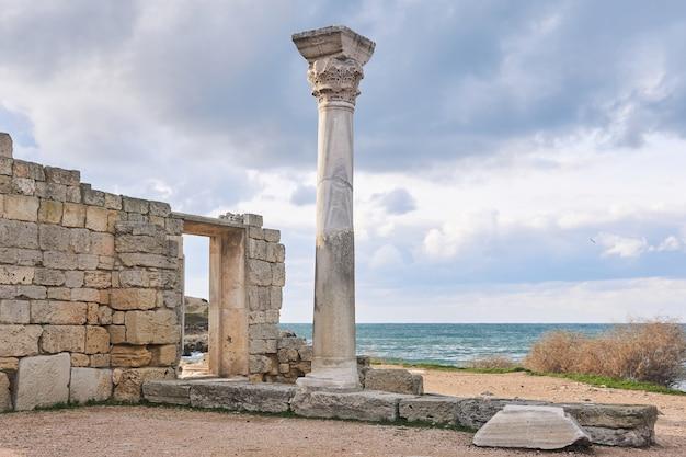 해안가 기둥이 있는 고대 그리스 사원 유적