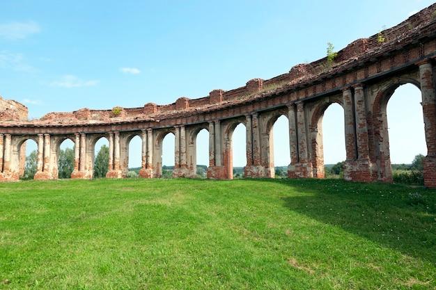 古代の宮殿の建物の遺跡は赤レンガで作られています