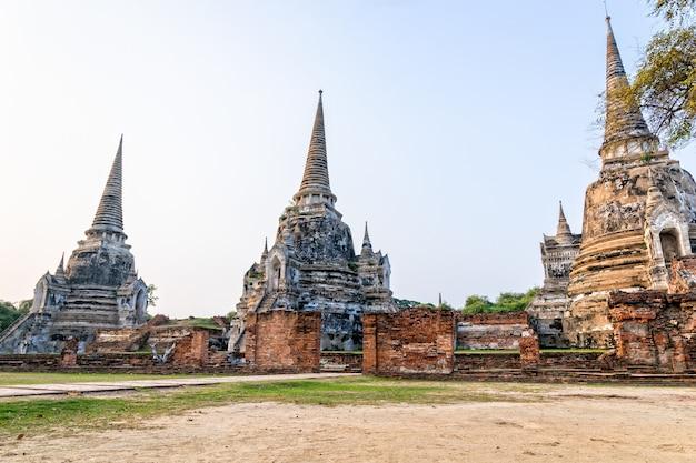 태국 아유타야 지방의 프라 나콘 시 아유타야 역사 공원(phra nakhon si ayutthaya historical park)에 있는 왓 프라 시 산펫(wat phra si sanphet) 오래된 사원의 3개의 고대 건축물 유적