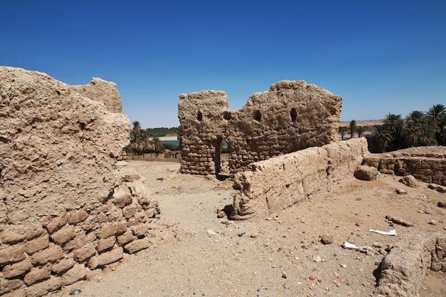 Руины древнего египетского храма на острове сай, нубия, судан