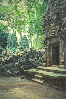 カンボジア、アンコールの古代寺院の遺跡。レトロなスタイル