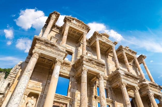 Руины библиотеки цельсия в древнем городе эфес, турция