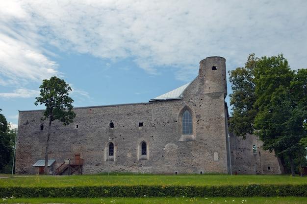 Руины цистерцианского монастыря в падизе. эстония, страна в европе. руины теперь являются музеем. проведена комплексная реставрация бывшего монастырского комплекса.