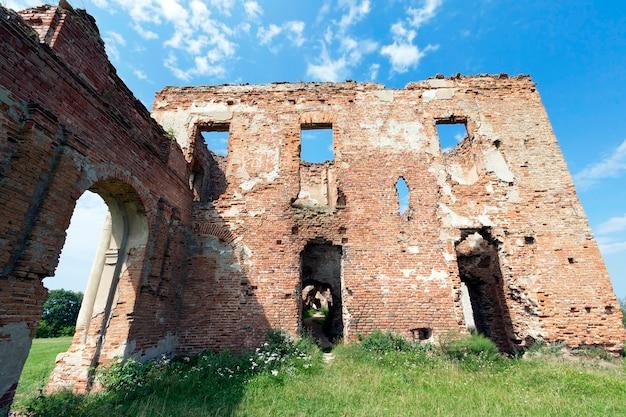 Руины разрушенного старинного замка. крепость находится в ружанах беларуси. стены каменные.