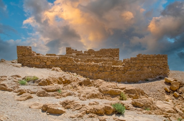Руины замка ирода в крепости масада израиль внесены в список всемирного наследия юнеско.