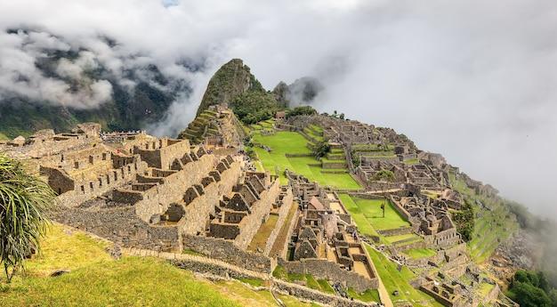 Руины мачу-пикчу в облаках. священная долина инков. перу. южная америка