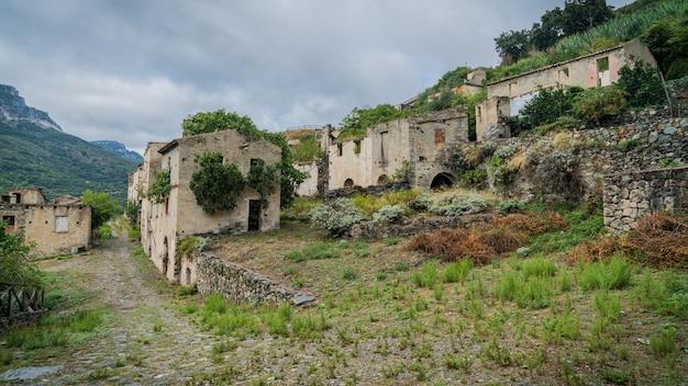 Руины заброшенного города-призрака гайро веккьо, сардиния, италия