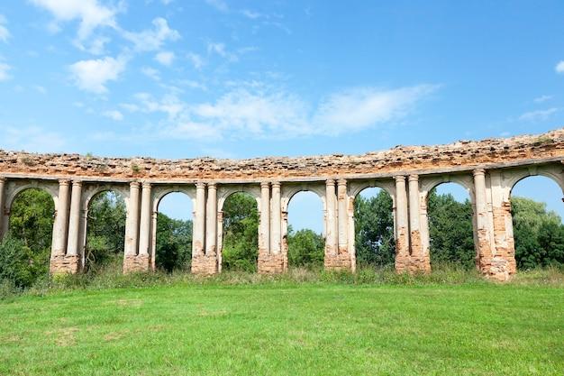 Руины старинного замка в селе ружаны территории республики беларусь
