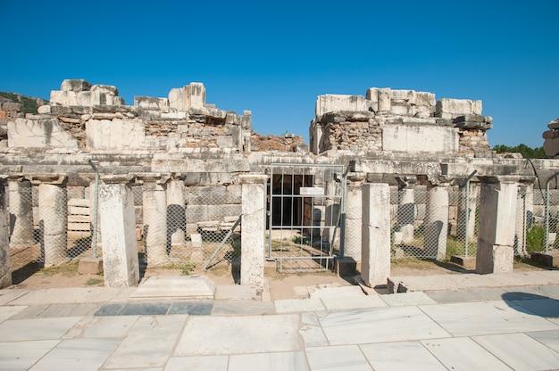 Руины древнего города эфес, древнегреческого города в турции, в прекрасный летний день