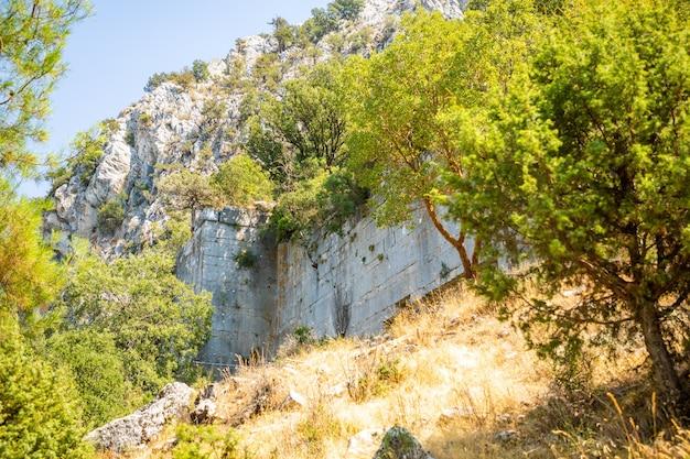 トルコのアンタルヤ近くの観光客のいないテルメッソスの古代都市の遺跡