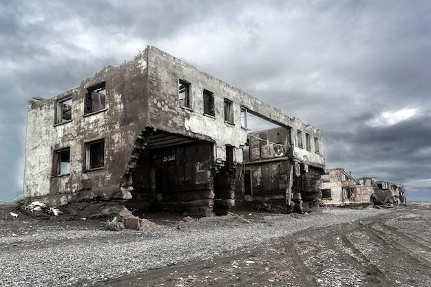 破壊された家の廃墟。地球上のホットスポット。