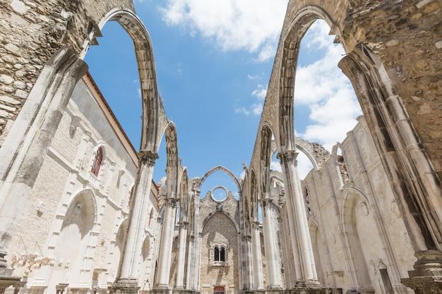 1755年、リスボン、ポルトガルの地震で破壊されたマウント・カーメル聖母教会(igreja do carmo)のゴシック様式教会の遺跡