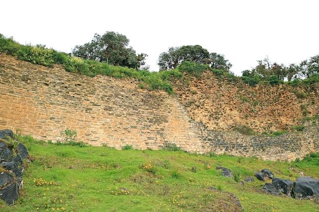 Руины массивной стены комплекса цитадели куэлап на вершине горы в регионе амазонки