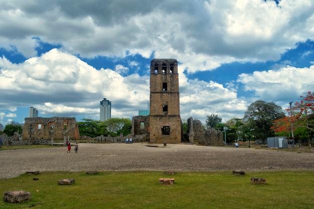Руины башни собора старого города панамы
