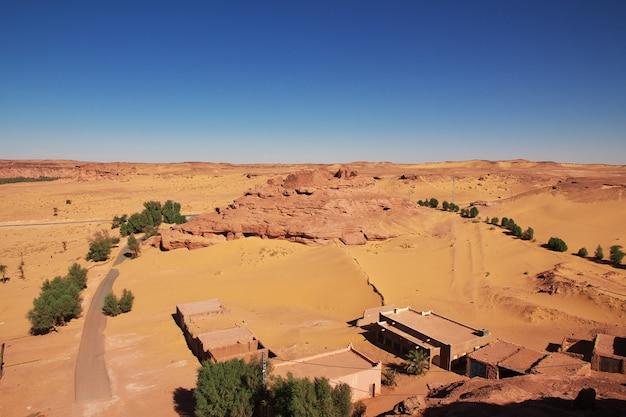 Ruins of timimun abandoned city in sahara desert, algeria