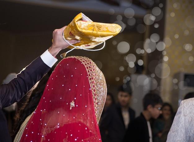 Rukhsati время брат, проведение священной книги quran над головой невесты