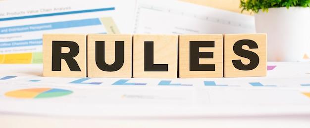 Слово правила на деревянных кубиках