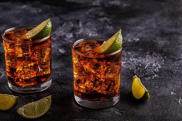 ライムと氷を添えたラム酒とコーラのキューバリブレカクテル