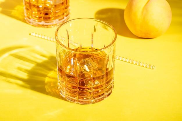 Ром или амаретто сауэр со льдом в стакане