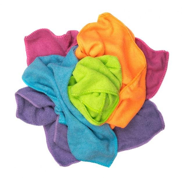 Мятые разноцветные чистящие салфетки изолированные