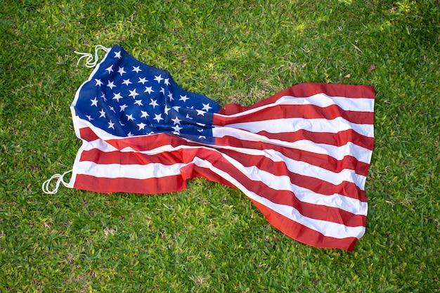 Bandiera rumpled degli sua su erba