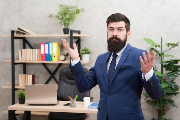 Управляйте компанией. человек бородатый босс топ-менеджера в офисе. деловая карьера. начать собственное дело. деловой человек формальный костюм успешного парня. профессиональная деятельность рекрутера. человеческие ресурсы. собеседование.