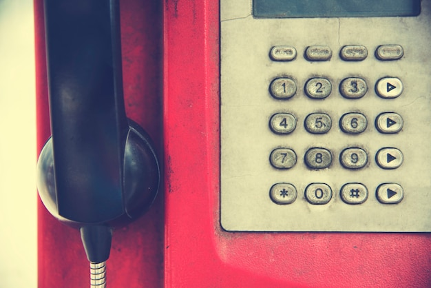 Старый rundown red payphone
