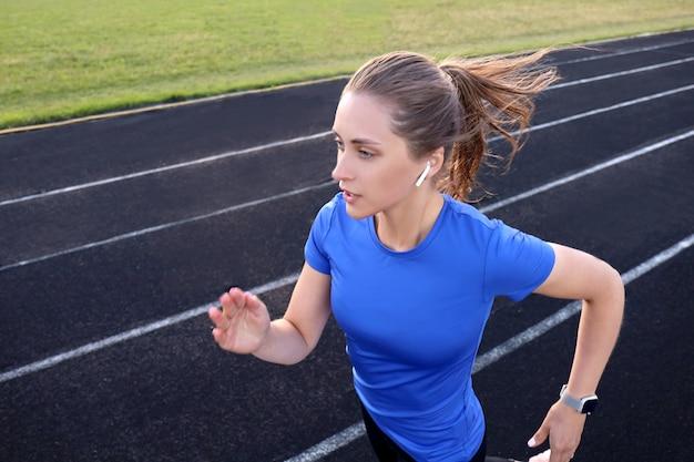 경기장에서 그녀의 심장 훈련 운동 트랙에서 실행 주자 운동 선수. 경쟁을 위해 빠른 속도로 조깅.
